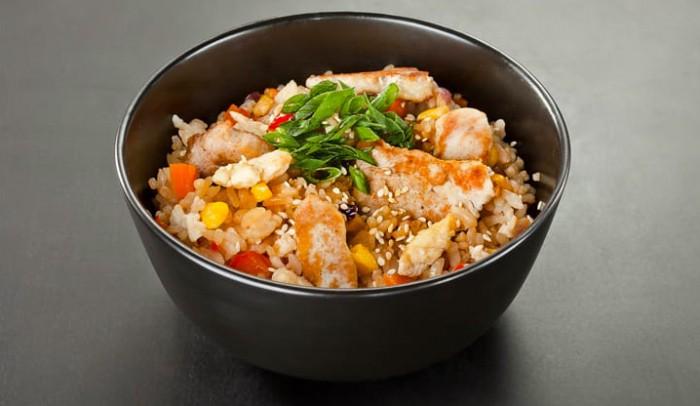 Рис с овощами под фирменной заправкой
